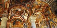 Interior de una iglesia subterránea en el Valle de Goreme en Capadocia (Turquía)